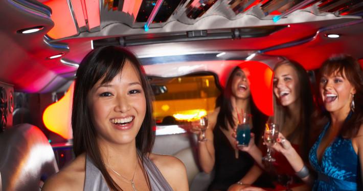 Chica soniendo en interior de un Hummer